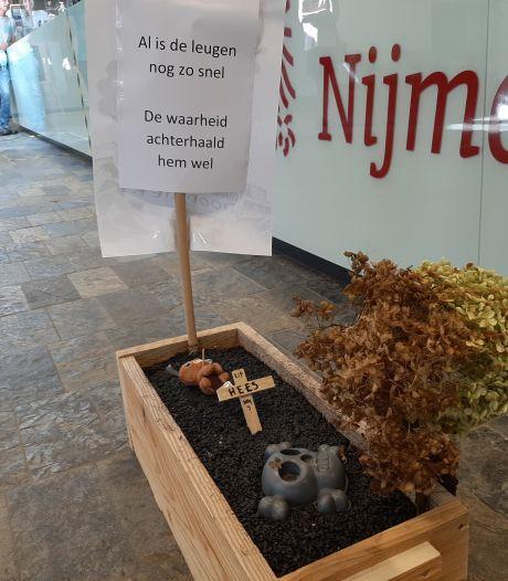 Een grafkist vol asfalt en dode bloemen: omwonenden van omstreden asfaltfabriek eisen actie van Nijmeegse politiek