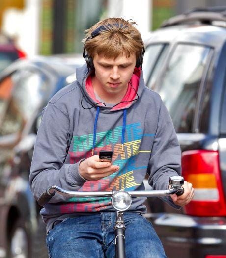 Honderden boetes per week voor appen op de fiets