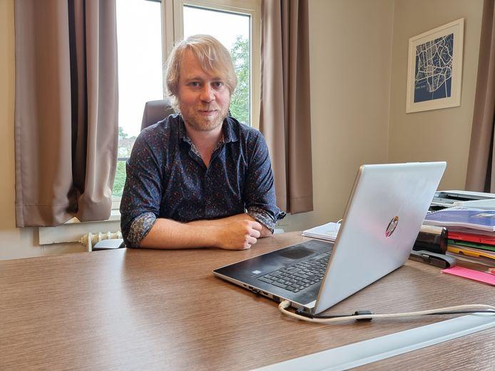 Algemeen directeur Lander Van Medegael van de scholengroep Korha aan zijn bureau. Hij werkt nog even door deze zomervakantie.
