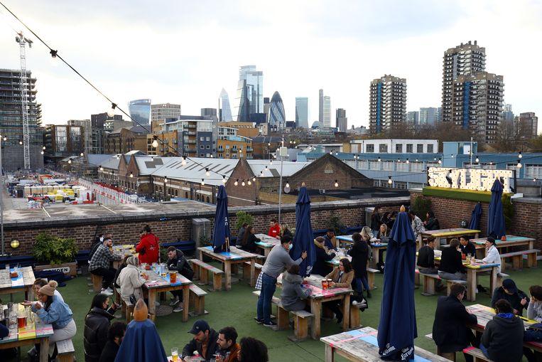 Een terras doen in Londen kan weer. Beeld Getty Images