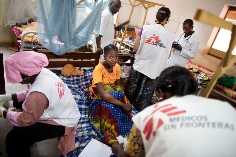 Medewerkers van Artsen zonder Grenzen aan het werk in het ziekenhuis van Batangafo in de Centraal-Afrikaanse Republiek. Beeld Ton Koene
