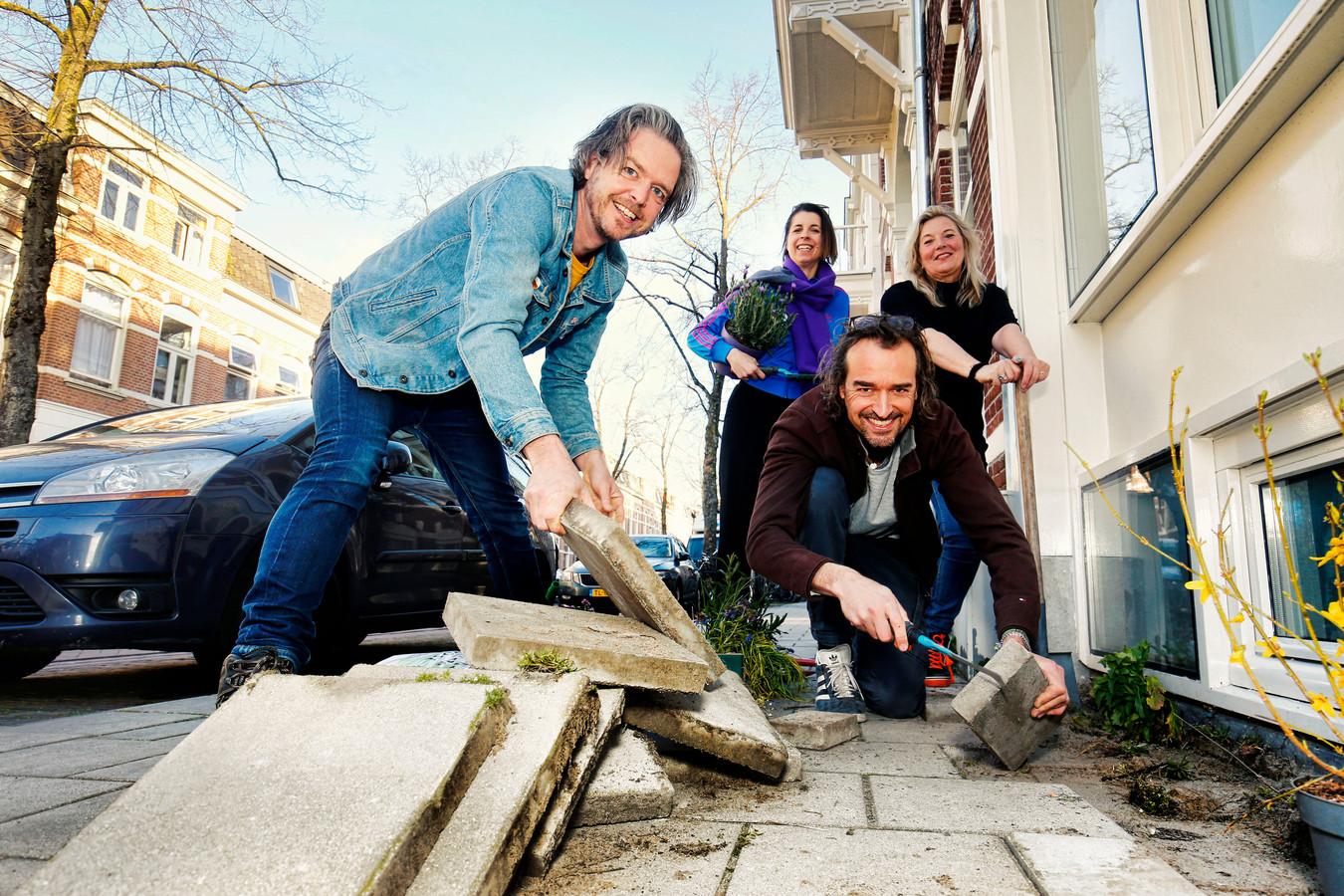 Bij de woning van Ivo (links) in de JP Coenstraat doen ze mee aan het NK Tegelwippen. Verder vanaf links Laura, Serge en Caro.