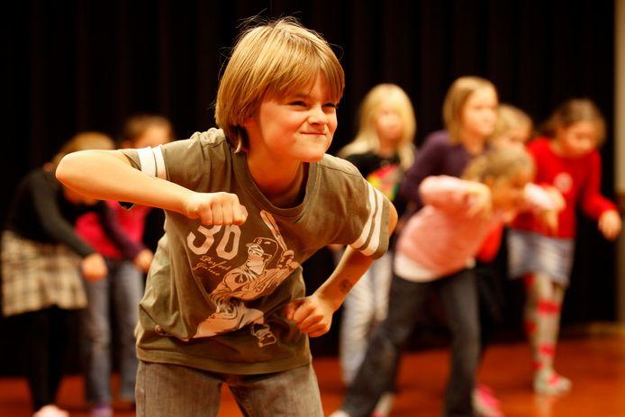 Leerlingen van het Jeugdtheaterhuis op het toneel van Theater Koningshof in Maassluis dat weer open mag.