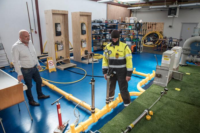 Ewoud Ponsioen in praktijkruimte van zijn opleidingsbedrijf in Helmond waar ook examens worden afgenomen.