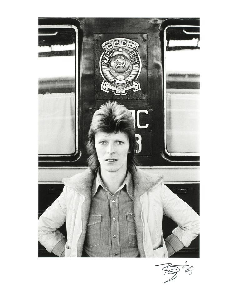 Een van de zes door Bowie gesigneerde foto's die op 28 juni geveild worden.  Beeld rv Geoff Maccormack