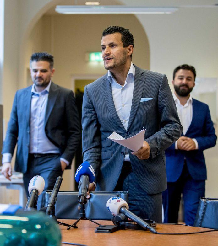 Farid Azarkan (m) van DENK reageerden gisteren op de vermeende nepnieuwscampagne van zijn partij die de PVV in diskrediet moest brengen.