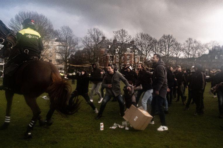 Een politiepaard is gewond geraakt door een aanval met een ploertendoder. Beeld Joris van Gennip