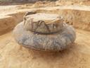 Detailfoto van een van de gevonden urnen uit het prehistorische grafveld nabij de Udenhoutseweg. Deze is versierd met banden van lijnwerk in driehoekige motieven en dateert in de late bronstijd (1100-800 v.Chr.).