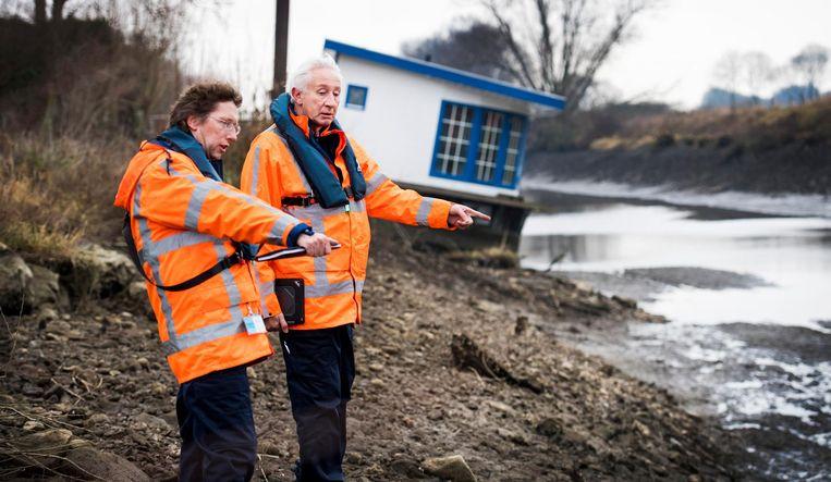 Inspecteurs van Rijkswaterstaat controleren het gebied van het Maas-Waalkanaal. Het waterpeil in de rivier is extreem gezakt nadat een Duits binnenvaartschip dwars door een stuw van de John S. Thompsonbrug bij Grave is gevaren. Beeld anp