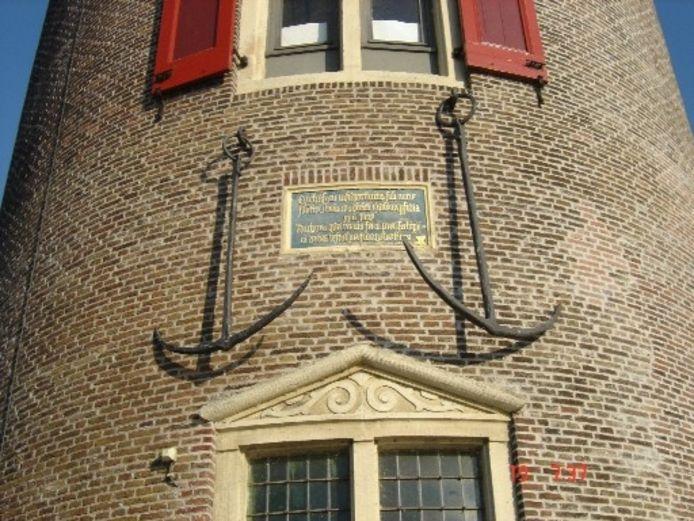 Hier hangen de Harderwijkse ankers nog aan de Drommedaris in Enkhuizen. Afgelopen nacht zijn ze bij wijze van stunt van de toren gehaald om ze terug te brengen naar Harderwijk. Ze worden zaterdag tijdens de Visserijdag aan het publiek getoond.