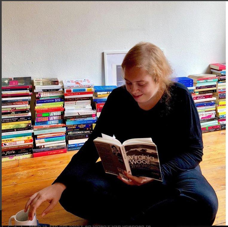 Hier zien we influencer Anke Wauters verdiept in Virginia Woolf. Beeld RV