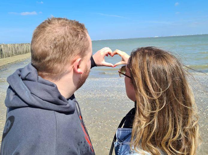Sherylle Wouters samen met haar overleden broer Ruud, op de plek waar hij zo graag was: aan zee in Cadzand-Bad.