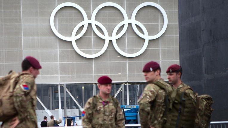 Britse militairen bij het Olympisch Stadion in Stratford. Beeld epa