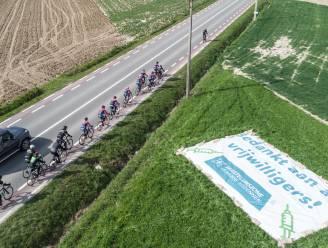 """""""Hopelijk zoomt wedstrijdheli erop in"""": vaccinatiecentra danken meer dan 1.600 vrijwilligers met groot spandoek langs parcours van de Ronde"""