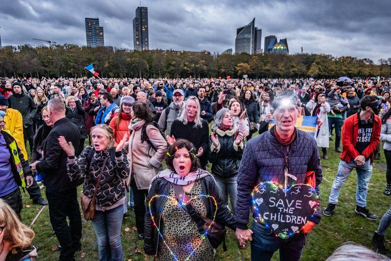 Een manifestatie van Viruswaarheid op het Malieveld in Den Haag. Beeld Joris Van Gennip