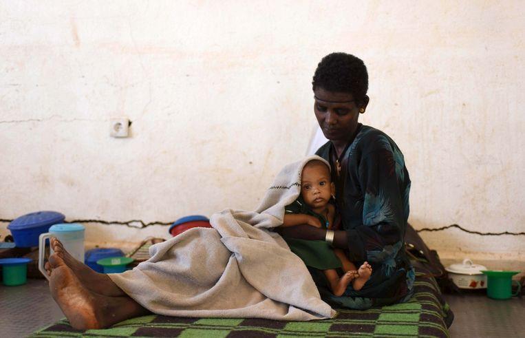 Een moeder met haar ondervoed kind in Ethiopië. Beeld reuters