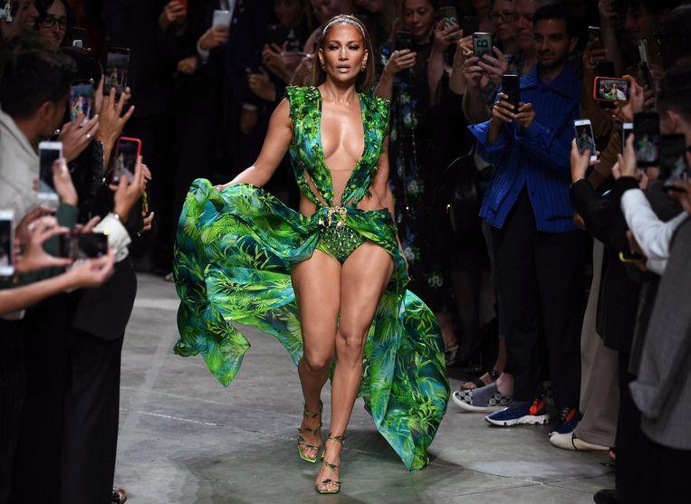 J.Lo toonde in Milaan enkele weken geleden een aangepaste versie van de groene Versace-jurk waarmee ze in 2000 het internet haast deed ontploffen. Beeld EPA
