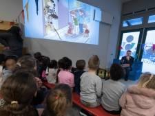 Enschedese kinderen luisteren aandachtig naar prentenboek van Brandweer Twente