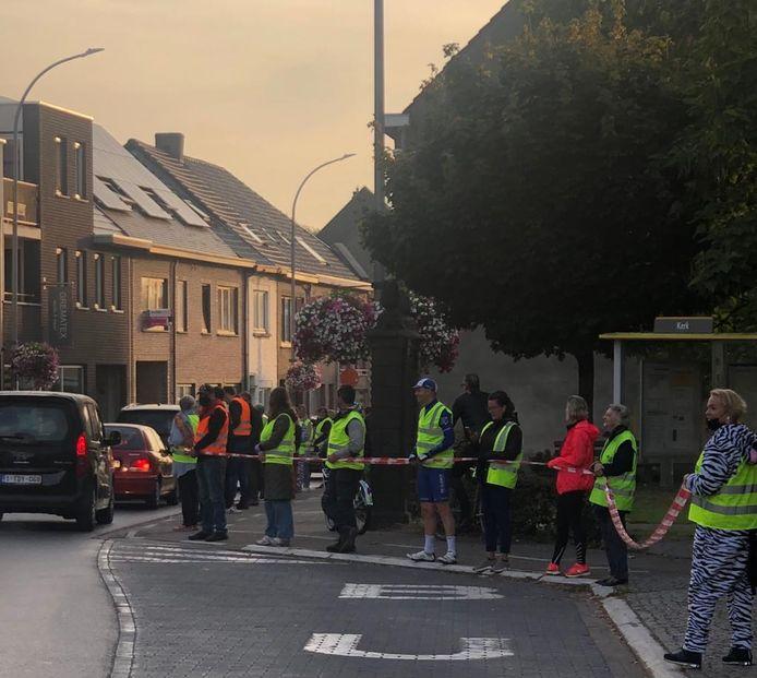 Ouders vormden een menselijke ketting vanaf de schoolpoort in de Brugstraat tot aan het Kerkplein.