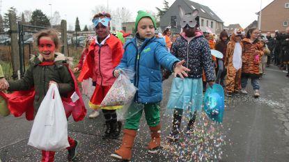 Leerlingen basisschool De Bij trekken door Liedekerkse straten tijdens jaarlijkse carnavalsstoet