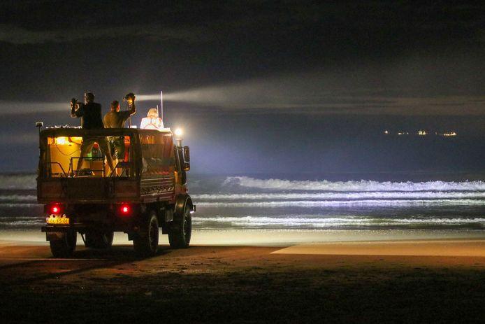 KNRM zoekt naar vermiste jongen op strand van Scheveningen.