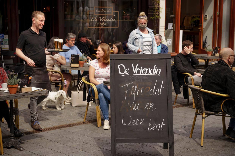 Na meer dan een halfjaar kunnen er weer terrasjes gedaan worden in Nederland, zoals hier op de Grote Markt in Breda. Beeld Eric de Mildt
