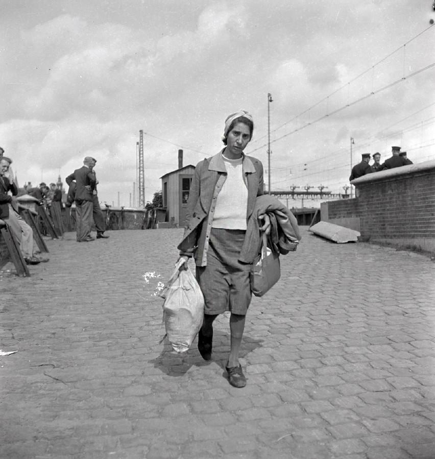 In juni/juli 1945 komt de Duits-joodse Ernestine van Witsen-Weinberg, overlevende van Bergen-Belsen, aan op het Centraal Station in Amsterdam.