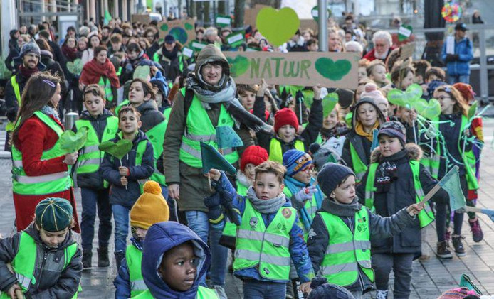 Des jeunes enfants ont marché pour le climat à Courtrai.