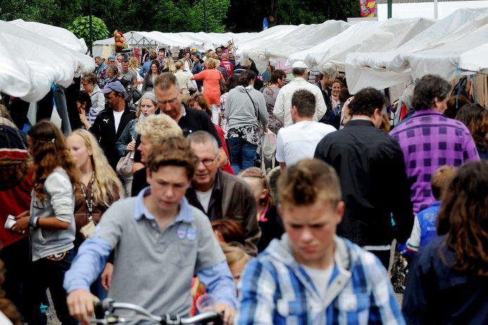De jaarmarkt in Wijk en Aalburg trekt honderden bezoekers. Archieffoto.