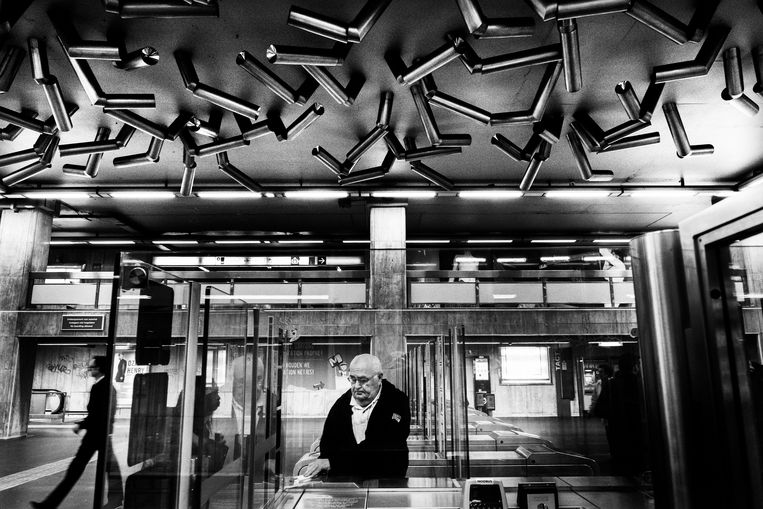 De Moving Ceiling van Pol Bury in het metrostation Beurs. Beeld Tim Dirven
