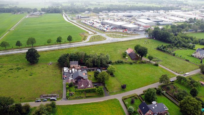 Autobedrijf Tuïnk mag op de huidige plek in Lemelerveld niet worden voortgezet. De gemeente Dalfsen stelt voor dat de garage zich aansluit bij het bedrijventerrein, aan de andere kant van de provinciale weg. Dat ziet Tuïnk niet zitten.