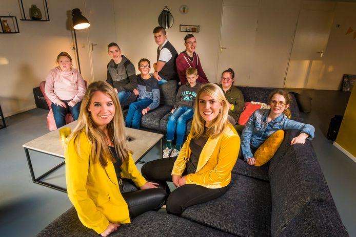 Ilse Mengerink (links) en Joyce Vonkeman van Dievers met 'hun jongeren' in het nieuwe onderkomen.