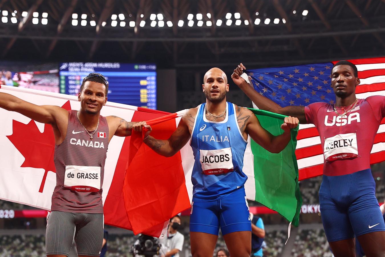 Lamont Marcell Jacobs viert zijn goud op de 100 meter. Fred Kerley (rechts) pakte zilver, Andre de Grasse (links) brons.