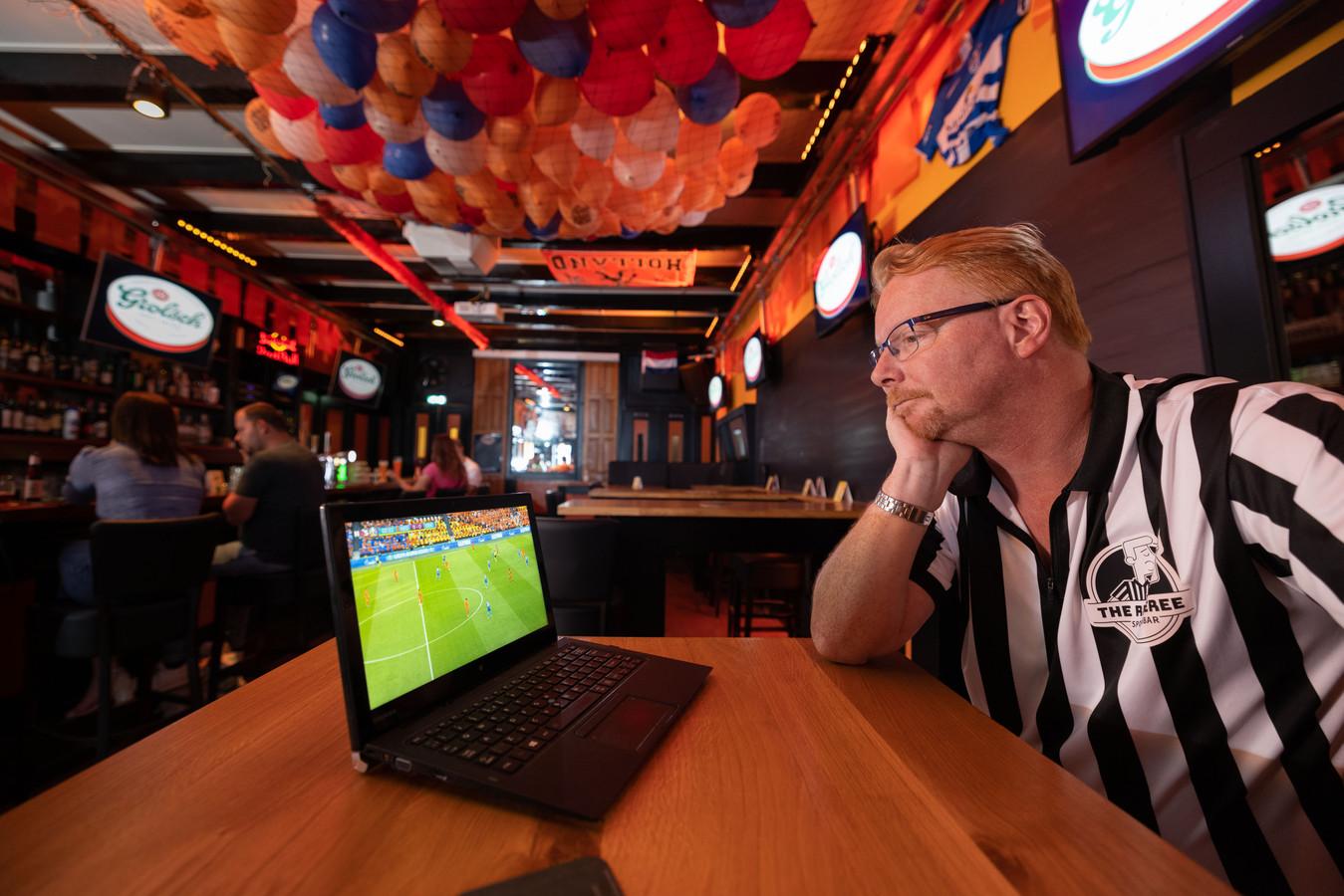 Op een laptop kijkt Mark Betting naar Nederland - Oekraïne. In zijn sportsbar in Zwolle mogen de grote schermen niet aan.
