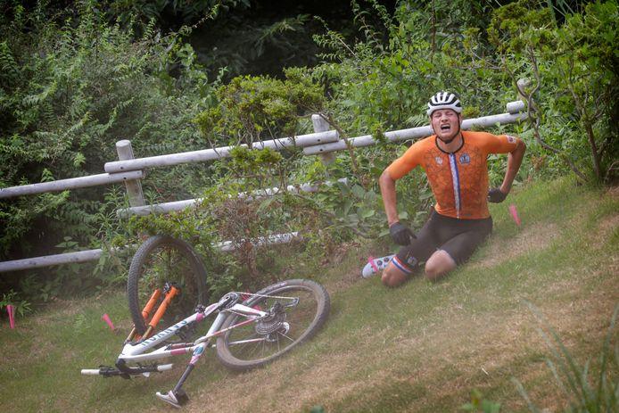 Mathieu van der Poel heeft pijn na zijn zware val.