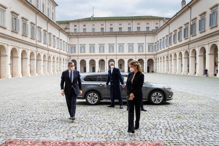Mario Draghi, de voormalige voorzitter van de Europese Bank, bezoekt woensdag  het Quirinale paleis in Rome. Daar zal de Italiaanse president Mattarelli hem benoemen tot formateur van een nieuwe regering.  Beeld Reuters