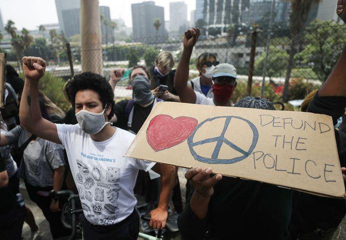 Black Lives Matter-demonstranten in Los Angeles roepen op tot het stoppen van de financiering aan de politie.