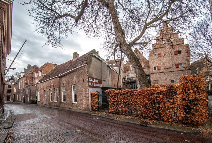 Galerie Het Langhuis aan de Goudsteeg in Zwolle krijgt een schuld bij de gemeente kwijtgescholden om een faillissement te voorkomen. De galerie, vorig jaar gedupeerd door een fraudezaak, kan zo met een schone lei beginnen.