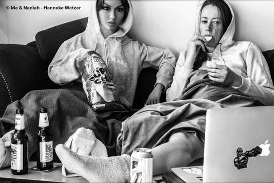 Living Alone (Together), een van de foto's van Hanneke Wetzer (rechts) met haar pop Nadiah.
