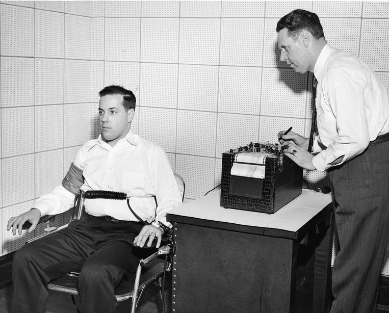 De klassieke manier om leugenaars te ontmaskeren: de leugendetector van John Larson (rechts). Beeld Getty