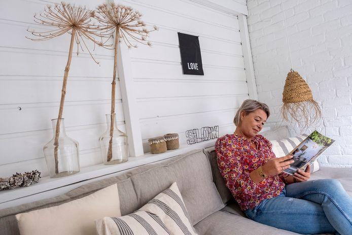 Interieurspecialist Nienke van Heulen zet graag berenklauw in haar veranda. Boswachters hebben echter liever niet dat mensen ze plukken.