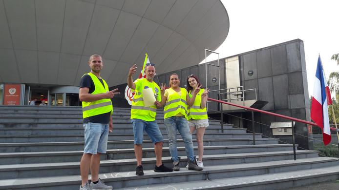 Het protest van de gele hesjes voor CZ Tilburg. Marijn Hilgerdenaar (uiterst links), daarnaast Mark Klijsen.