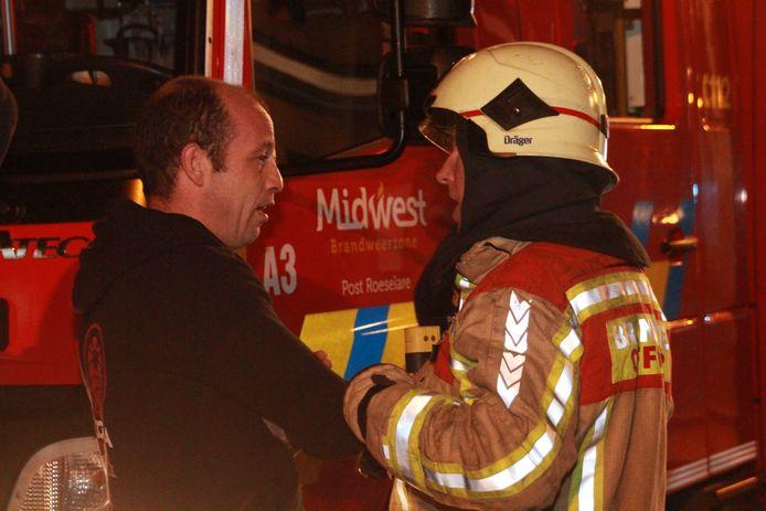 Bewoner Lorenzo Maertens in gesprek met brandweerofficier Christophe Gardin