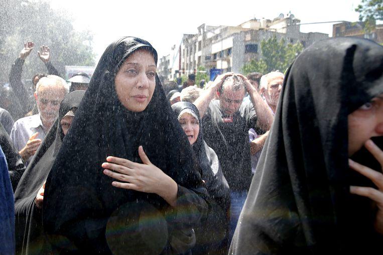 Iraniërs bezoeken een ceremonie voor de slachtoffers van de aanslagen. Beeld AP