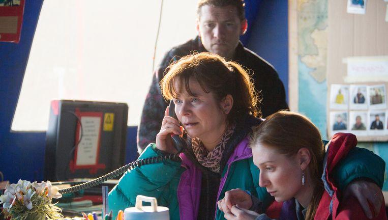 Emily Watson (l) als Helen Wilton, de coördinator in het basiskamp in Everest. Beeld AP