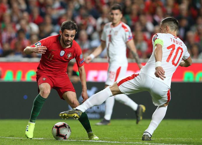 Bernardo Silva in duel met Dusan Tadic.