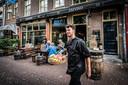 Chef Matthijs van Kleij van Zafvio brengt zelf de gerechten en hapjes vanuit de keuken naar de gasten.