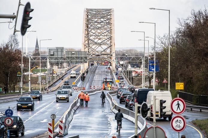 Tijdens de langdurige reconstructie van de Waalbrug bij Nijmegen is er op de brug zelf maar één rijstrook stadinwaarts en één staduitwaarts open. Vrachtwagens mogen de brug helemaal niet op.