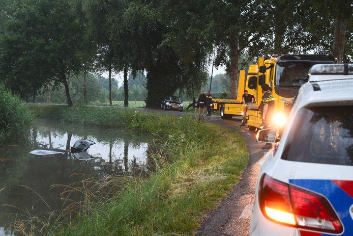 Auto raakt in de slip bij Linschoten en belandt in het water.