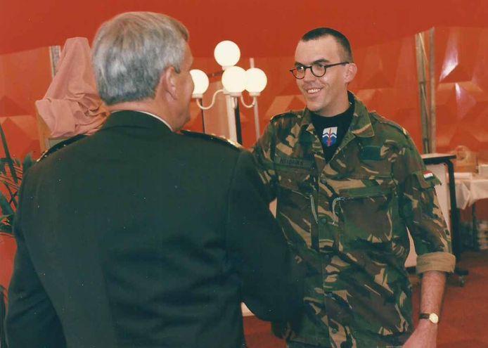 Peter Hendriks wordt op 22 augustus 1996 op de Trip van Zoudtlandtkazerne in Breda als allerlaatste Nederlandse dienstplichtige ooit toegesproken door Bevelhebber der Landstrijdkrachten Maarten Schouten.